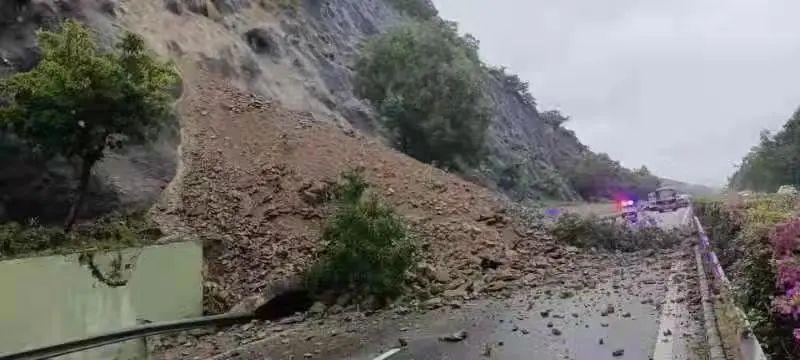三亚高速路突发山体滑坡 现场正在加紧清理