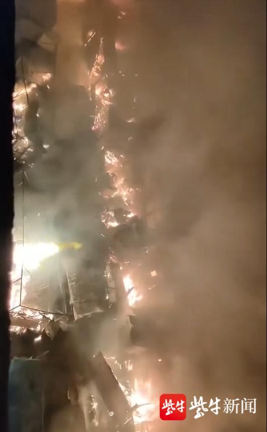 山东科技大学北门小吃街整条街起火,目击者:凌晨看到火光,随后发生爆炸